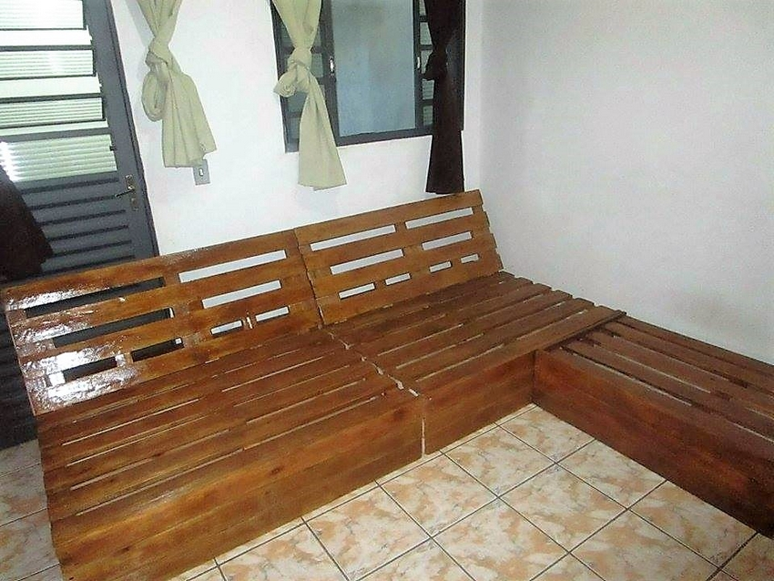 wood-pallet-giant-couch