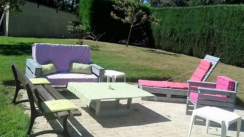 outdoor-seating-arrangement-with-pallets