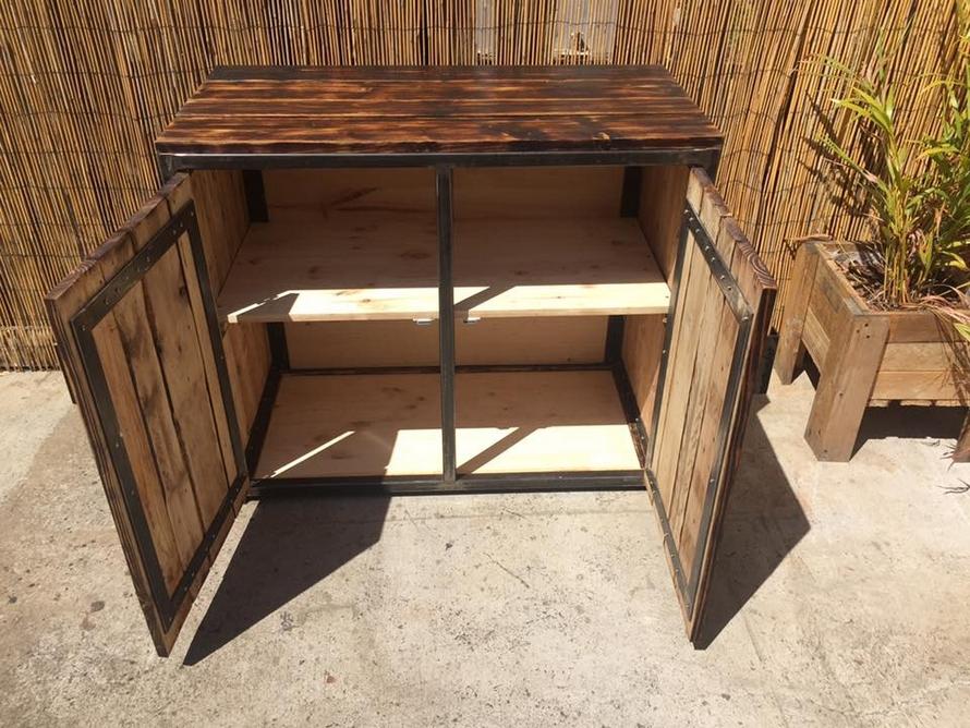 pallet-patio-wardrobe