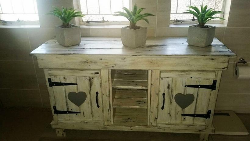 vintage-pallet-side-table