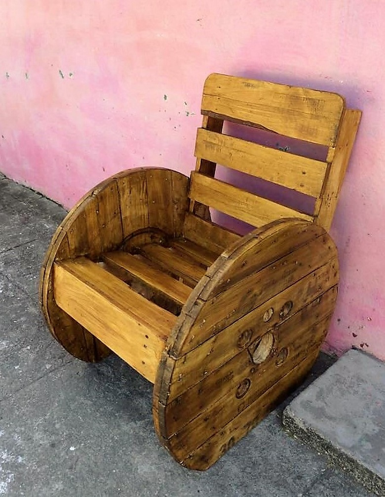 pallet-with-cable-reel-patio-chair
