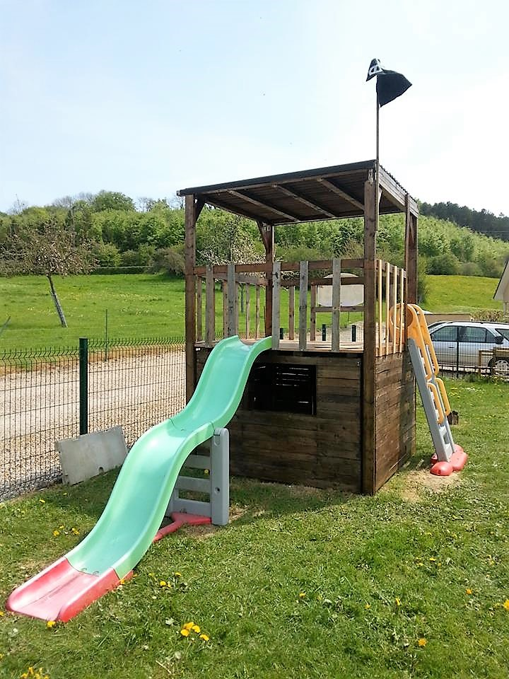 recycled-pallet-playhouse