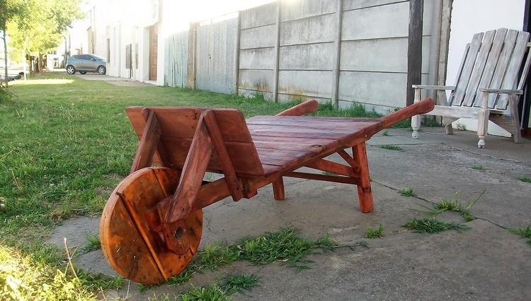 recycled-pallet-wheelbarrow