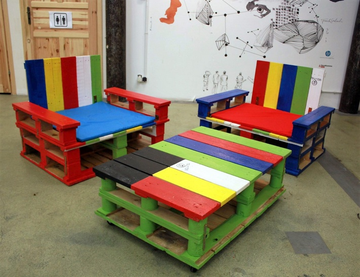 pallet colorful patio set