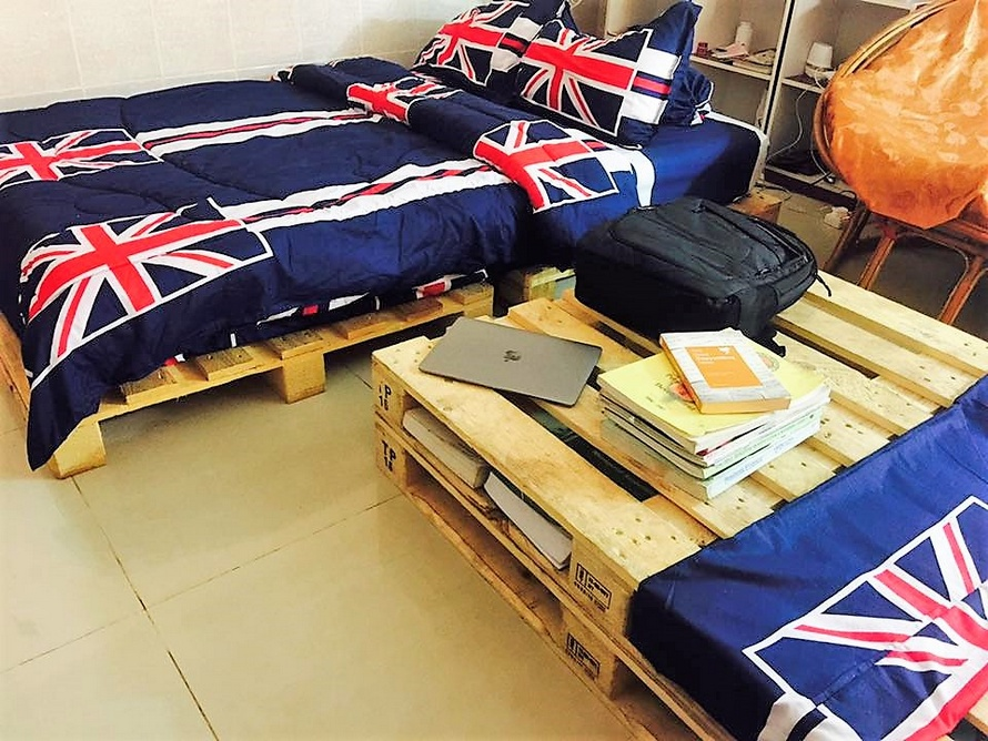 recycled pallet bedroom