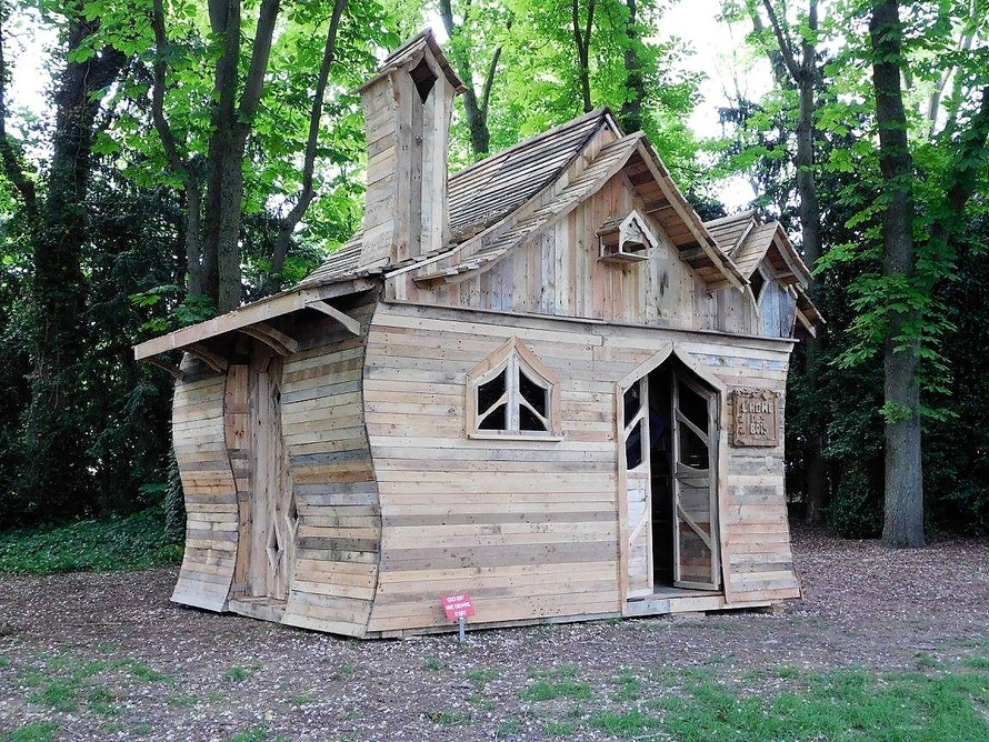 recycled-pallets-made-patio-cabin