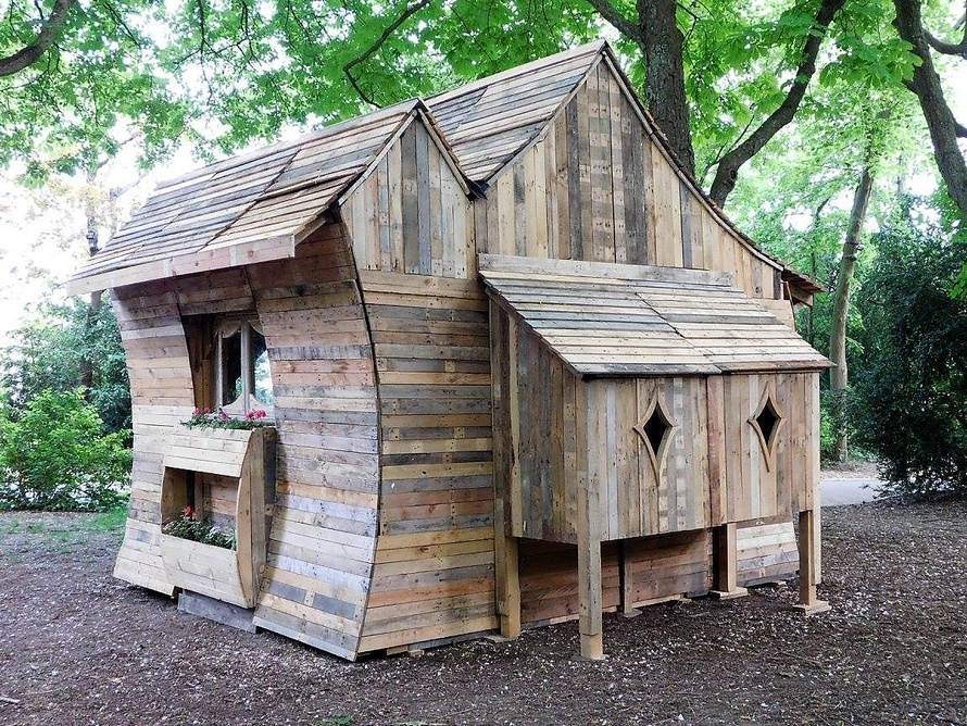 repurposed-pallet-outdoor-cabin