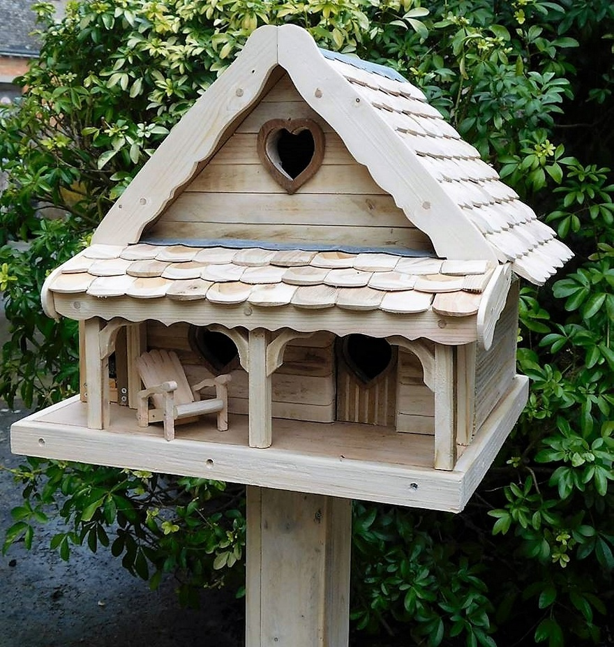 reused pallet birdhouse