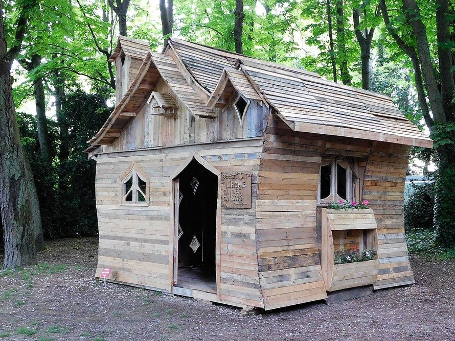 reused-pallet-patio-cabin
