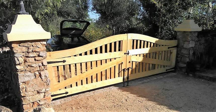 wooden-pallet-gate