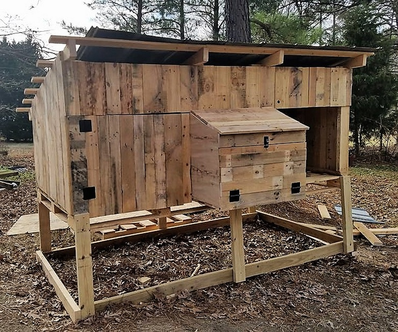 diy upcycled pallet chicken coop