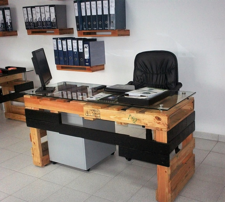 office table out of pallets