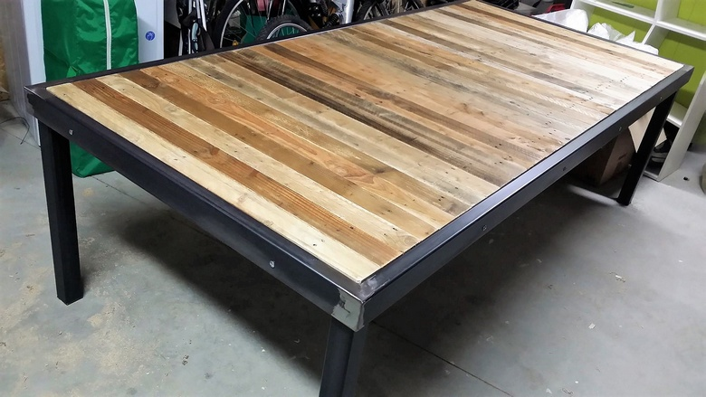reclaimed pallet wooden table