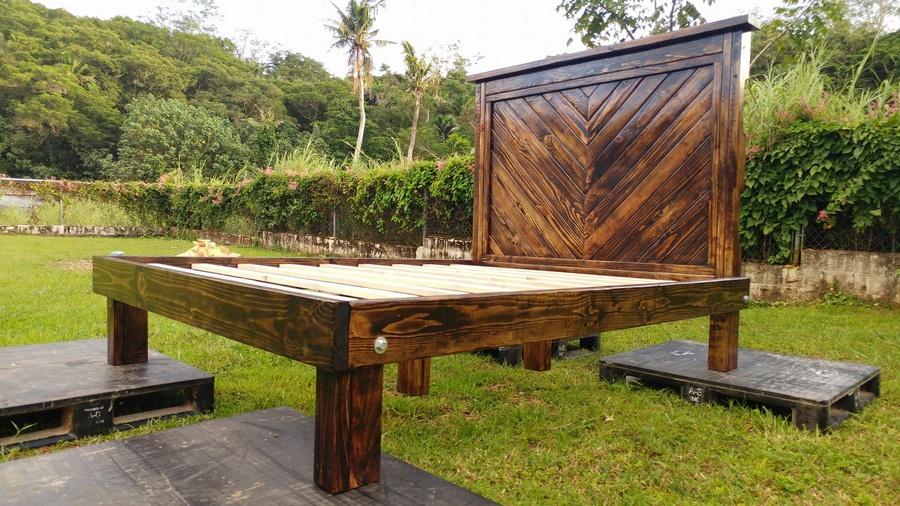 Wooden Pallets Made Chevron Queen Size Bed Pallet Ideas