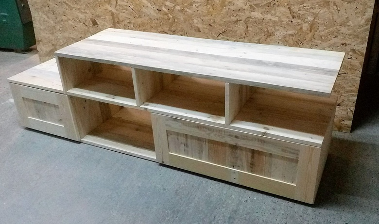 wood pallets media console