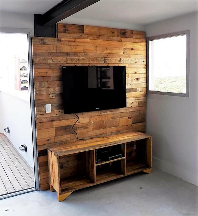pallet tv cabin at wall