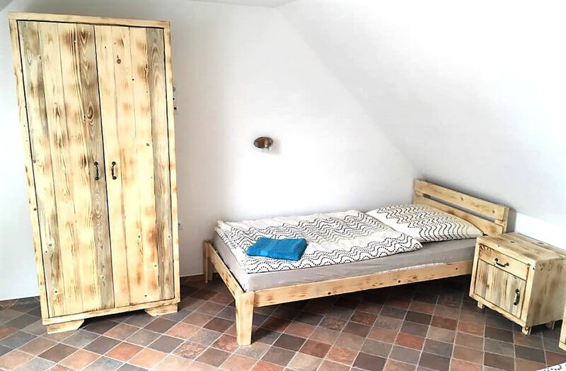 pallet bed and closet plan