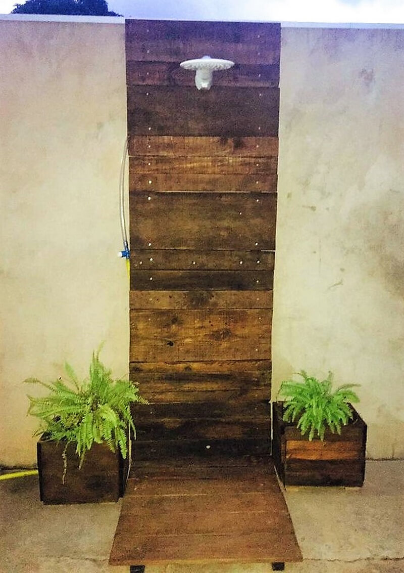 wooden pallet outdoor bath idea