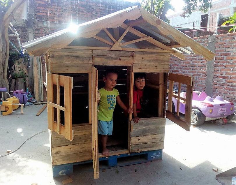 Repurposed wood pallets kids playhouse cabin pallet ideas for Kids cabin playhouse