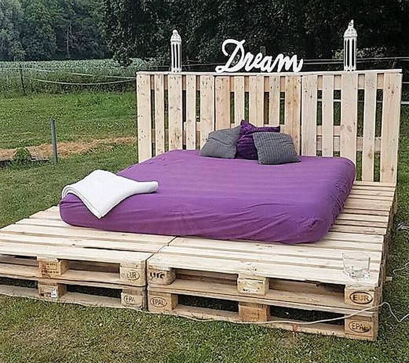 repuposed wooden pallet bed
