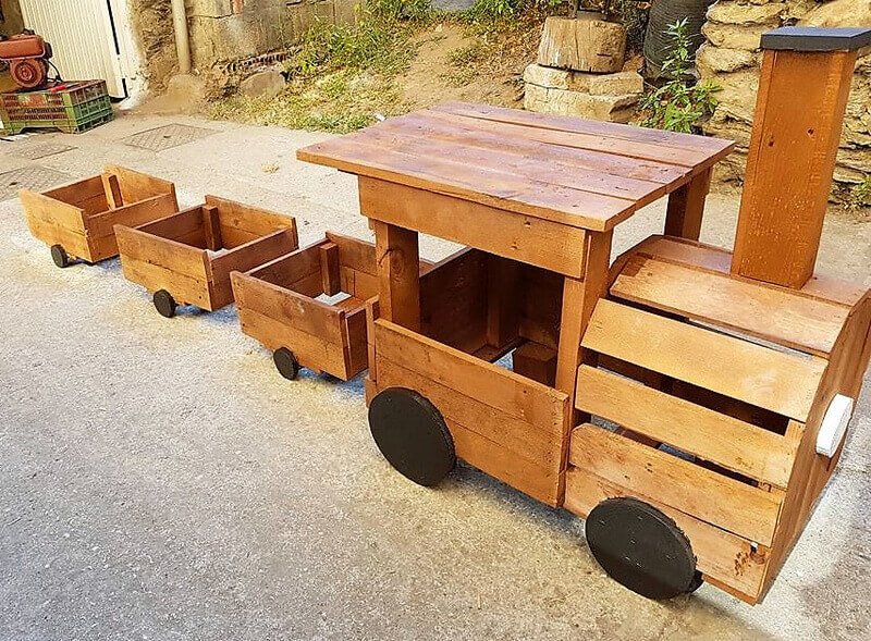 pallets wooden gardener train