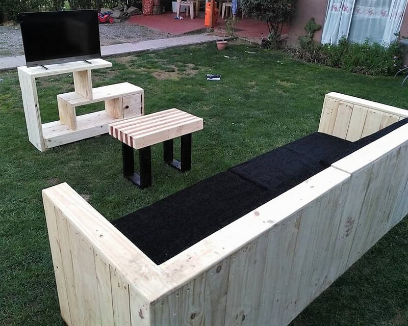 Awesome idea for pallets made living room furniture for Living room furniture made out of pallets