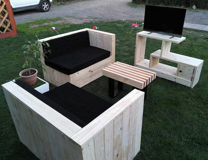 recycled pallets couch set