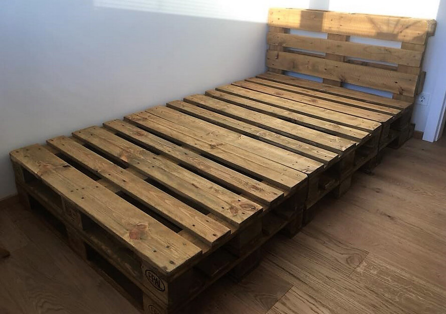 bed made with pallets wood