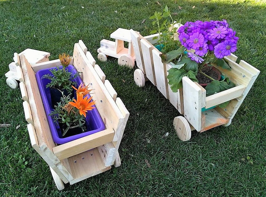 pallets planters tractor art