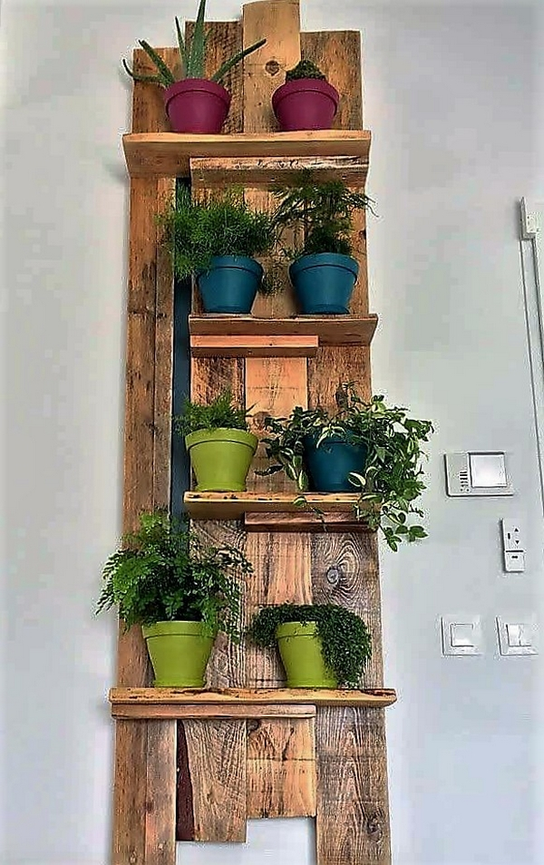 Pallet wall decor pots shelf pallet ideas for Pot shelf decorating ideas