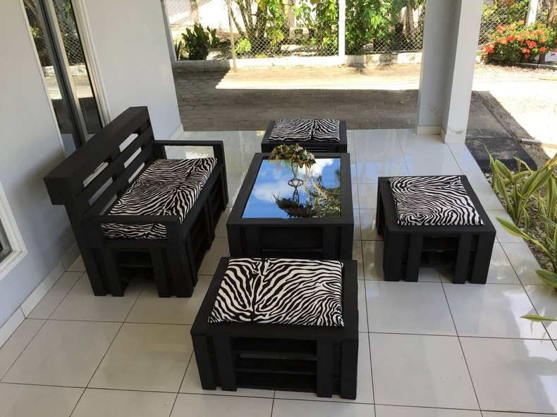 Wood Pallet Made Outdoor Furniture Set