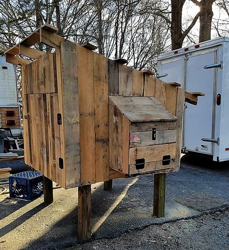 Diy wooden pallets chicken coop pallet ideas for How to build a chicken coop from wooden pallets