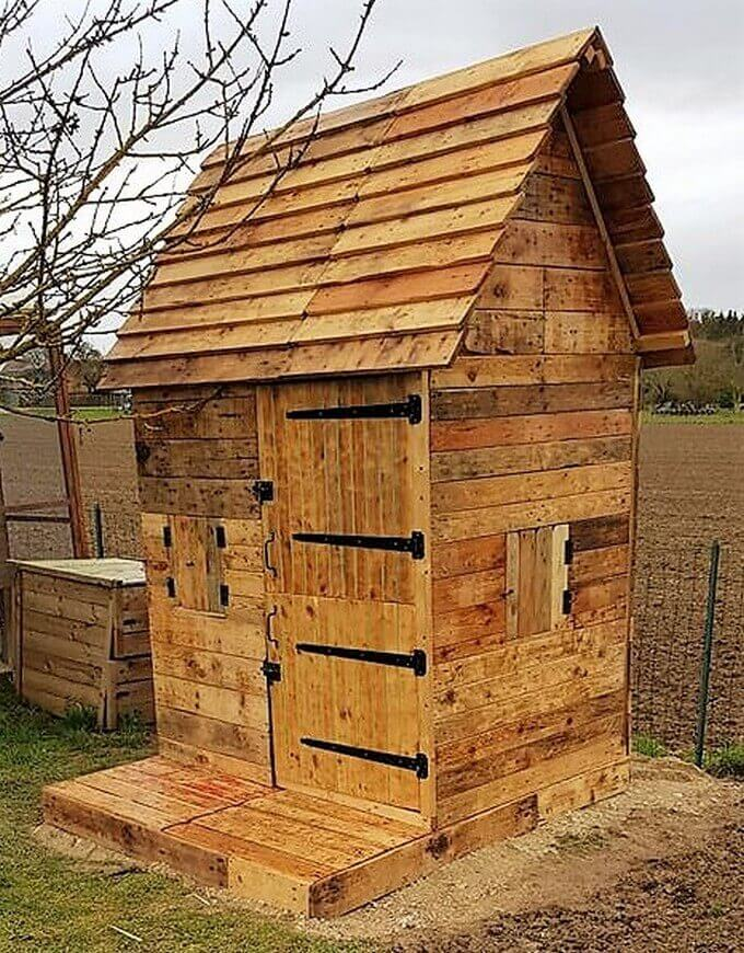 pallets made garden cabin